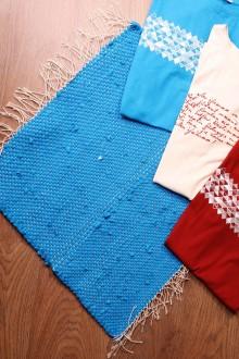 Тряпичный коврик синего цвета из футболок с символикой певческого праздника 45х52 см