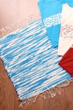 Тряпичный коврик сине-белого цвета из футболок с символикой певческого праздника 45х52 см