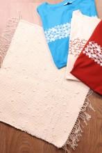Тряпичный коврик белого цвета из футболок с символикой певческого праздника 45х52 см
