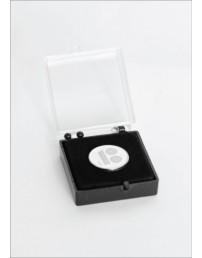 Белый нагрудный значок с магнитным креплением, в подарочной коробке